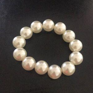Jewelry - Pearl bracelet.